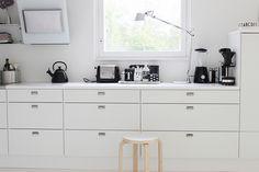 Vaihtelevasti Valkoista // Kitchen / Artemide Tolomeo / Dualit / Le Creuset / Nicolas Vahe