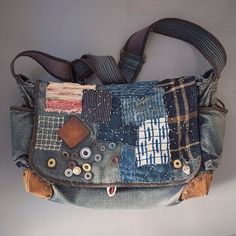 Best 9 denim bag with your hands 45 bags here no patterns but lots of ideas – SkillOfKing. Kleidung Design, Denim Purse, Boro, Denim Crafts, Boho Bags, Recycled Denim, Fabric Bags, Little Bag, Handmade Bags