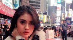 Nabilah tampil cantik dengan rok mini yang seksi tampak begitu dewasa, ketika syuting di jalanan Manhattan, Amerika Serikat.