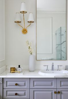 Classic and modern glamourous bathroom with marble and gold accents. Glamorous Bathroom, Beautiful Bathrooms, Pool Chairs, Beach Wood, Inviting Home, Splashback, Visual Comfort, Stone Flooring