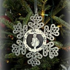 DIY Personalized Snowflake Ornament -foam circles, picture glued to snowflake Christmas Ornament Crafts, Snowflake Ornaments, Handmade Christmas, Snowflakes, Diy Ornaments, Christmas Holidays, Christmas Ideas, Christmas Collage, Christmas Stuff