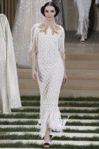 View all the catwalk photos of the Chanel haute couture spring 2016 showing at Paris fashion week. Chanel Couture, Haute Couture Paris, Haute Couture Gowns, Style Couture, Spring Couture, Couture Mode, Couture Fashion, Runway Fashion, Fashion Show