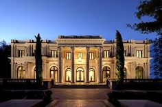 Joyce Rey is a realtor with a focus in Beverly Hills. Find homes for sale in Beverly Hills and Holmby Hills. Architecture Antique, Classical Architecture, Architecture Design, Palace For Sale, American Mansions, Beverly Hills Mansion, Mega Mansions, Luxury Mansions, Le Palais