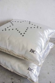 Cushion 50x50 Nat. Silver Topping/ Star with Studs