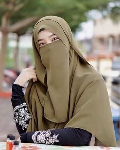 The particular scarf is the most essential item within the garments of ladies having hijab. Hijab Gown, Hijab Niqab, Muslim Hijab, Hijab Chic, Casual Hijab Outfit, Ootd Hijab, Muslimah Wedding Dress, Wedding Hijab, Dress Wedding