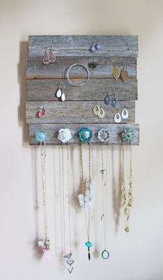 DIY Jewelry Holder made out of barn wood and antique knobs from Pier 1 Imports. Diy Organizer, Jewelry Organization, Diy Jewelry Hanger, Diy Jewelry Making, Diy Jewelry Holder Wood, Homemade Jewelry Holder, Diy Jewelry Wall, Fabric Jewelry, Jewellery Storage
