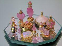 Mini Fragrance Set Source by Dollhouse Miniature Tutorials, Miniature Crafts, Miniature Fairy Gardens, Dollhouse Miniatures, Barbie Dolls Diy, Barbie Stuff, Bead Bottle, Doll House Crafts, Miniature Bottles