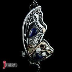 JUBIKO - Srebrny wisior - Motyl. Motyl wykonany ze srebra próby 925 z dodatkiem złotych elementów próby 585 i naturalnych minerałów lapis lazuli. Wisior całkowicie wykonany ręcznie. Tył wisiora również jest wykończony bogatym wzorem.