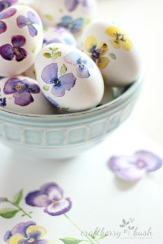watercolor Easter eggs (If you have artistic talent, then try your hand at creating some watercolor designs directly onto your Easter eggs.) You are in the right place about Easter Eggs designs Here w Ostern Party, Diy Ostern, Easter Dinner, Easter Brunch, Egg Crafts, Easter Crafts, Easter Decor, Easter Centerpiece, Easter Ideas