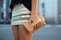 street_style-look-ethnic_skirt-Vince_Camuto-retro_sandals-black_tshirt-leather_clutch-falda_etnica-camiseta-sandalias-clutch_piel-spring_sum...