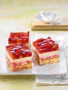 Fruchtige Joghurt-Schnitten -  Süße kleine Erdbeer-Häppchen mit zwei verschiedenen Cremes für die sommerliche Kaffeetafel