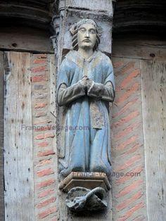 La Ferté-Bernard : Sculpture ornant la façade dune maison ancienne à pans de bois