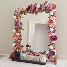 I've been spotting some fantastic DIY vanity mirror recently. Here are 17 ideas of DIY vanity mirror to beautify your room Ideias Diy, Home And Deco, Beauty Room, Diy Beauty, Diy Room Decor, Home Decor, Bedroom Decor, Bedroom Ideas, Master Bedroom