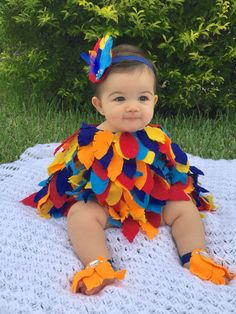 Baby Girl Halloween Costumes In this article, you'll find a list of ideas and suggestions for the perfect adorable Halloween costume for your little princess. Diy Baby Halloween Costumes, Diy Baby Costumes For Girls, Toddler Costumes, Halloween Kids, Homemade Baby Costumes, Disney Baby Costumes, Diy Costumes, Bird Costume Kids, Funny Baby Costumes