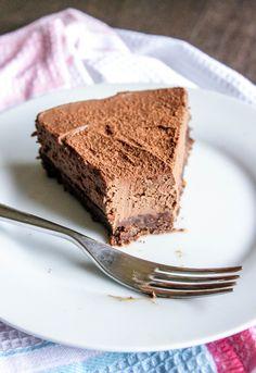 No-Bake Dark Chocolate Mascarpone Cheesecake (dark chocolate mousse eggless) No Bake Chocolate Cheesecake, Brownie Cake, Cheesecake Recipes, Brownies, No Bake Desserts, Just Desserts, Dessert Recipes, Italian Cake, Italian Desserts