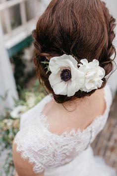 Chic bridal updo with anemone | Bemind Fotografie