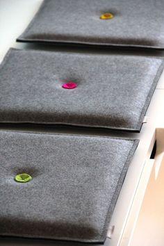 Dieses zweifarbige Filz-Sitzkissen mit Schaumstoff-Füllung ist aus 100% reiner Wolle und in den oben abgebildeten Filzfarben erhältlich.  Die Farbkombi können sie sich individuell...