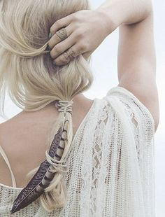 Feather in her hair - a nice touch for a boho bride Gypsy Style, Hippie Style, Hippie Boho, Bohemian Hair, Boho Style, Boho Girl, Bohemian Outfit, Hippie Hair, Bohemian Beach