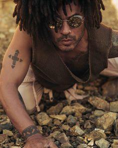 Lenny Kravitz in Malibu on the Pacific Coast Highway Lisa Bonet, Lenny Kravitz, Hard Rock, Black Is Beautiful, Beautiful People, Absolutely Gorgeous, Folk Rock, Afro Punk, Weird World