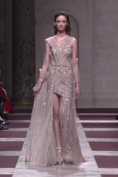 Ziad Nakad Look Spring Summer 2019 Haute Couture Collection Gorgeous Embroidered Blanched Almond Asymmetric Evening Mini Dress with a Skirt and a Train. Fashion Runway by Ziad Nakad Haute Couture Dresses, Haute Couture Fashion, Glamour, Looks Kate Middleton, Godmother Dress, Abed Mahfouz, Chanel Cruise, Spring Couture, Atelier Versace
