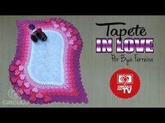 Bya Ferreira - Tapete In Love Crochet Home, Crochet For Kids, Knit Crochet, Crochet Designs, Crochet Patterns, Crochet Table Mat, Bathroom Crafts, Giant Paper Flowers, Weaving Patterns