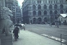 In the early 1950s, the left lion was the new Chinese bank building, and the Renaissance building on the right was Prince's Building built in 1904, It was demolished in 1963 and replaced with the Mandarin Oriental, Hong Kong.