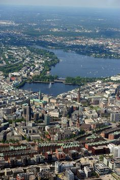 HAMBURG: Luftaufnahme - Hafencity, FOTO: Blick auf Alster und City, Speicherstadt