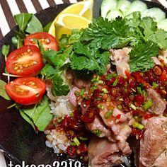 ちょっと前にタイ料理屋さんで食べたカオマンガイが食べたくて、クックパッドのレシピを見ながら作りました☆*゚ 日本ではハイナンチキンライスとかシンガポールチキンライスっていうんですね、知らなかった! 炊飯器で炊くだけで簡単!美味しかったけど、タレの味がお店と違う…(´∀`;) あの黒いタレは一体なんだったんだろう (;´-ω-`)んー  【参考レシピ】 クックパッドレシピID:1263586 - 260件のもぐもぐ - カオマンガイ by tokage2319