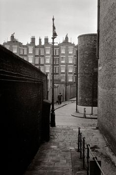 Another glorious post on Spitalfields life, this time displaying the work of photographer Tony Bock. Vintage London, Old London, Uk Photos, London Photos, East End London, Isle Of Dogs, School Photography, Vintage Photography, Bethnal Green