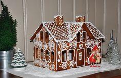 Bilderesultater for pepperkakehus Haunted Gingerbread House, Christmas Gingerbread House, Gingerbread Cookies, Christmas Cookies, Christmas Crafts, Gingerbread Man, Christmas Ideas, Merry Christmas, Gable Decorations