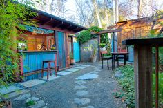 Haus in Ojai, Vereinigte Staaten. A delightful haven for you and a loved one (or overflow for holiday guests), this island-flavored, art-filled artists' nook is a perfect hideaway. Sleep in the custom-made bed, steps to downtown shops and sights, sip wine or just hang out!  A deli...
