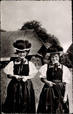 Ansichtskarte / Postkarte Zwei junge Frauen in Schwarzwälder Tracht, Bommelhüte