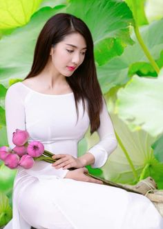 Appreciation Of Stunning Blonde Models From Around The World - Visit to watch Vietnamese Traditional Dress, Traditional Dresses, Japanese Kimono Dress, Asian Flowers, Beautiful Vietnam, Vietnam Girl, Asian Cute, Beautiful Asian Women, Ao Dai