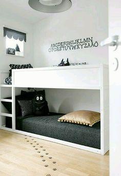Светлая спальня с оригинальным декором.