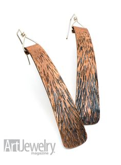 Textured Copper Roll-top Earrings Use an entry-level forging technique to create a great texture for a dramatic pair of dangle earrings. By Reidin Dintzner. FREE for magazine subscribers – print or digital edition! - Orecchini con una suggestiva texture fatta a martello