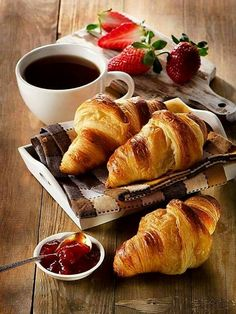 Fresh croissants with coffee cup for a breakfast Good Morning Coffee, Coffee Break, Perfect Breakfast, Breakfast Time, Café Croissant, Café Chocolate, Food Porn, Strawberry Tea, Eat This