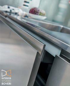 Sono i dettagli che fanno la differenza… Maniglia interamente incorporata nella struttura dell'anta in acciaio. #maniglia #ManigliaIntegrata #handle #CucinaAcciaio #cucina #Acciaio #AcciaioInox #arredo #ArredoCucina  #SteelKitchen #StainlessSteel #kitchen #KitchenDetails #KitchenDecor #KitchenDesign  #KitchenInspo #KitchenIdeas #Archilovers #Design #DesignLife  #Home #HomeDetails #HomeIdeas #HomeDecor #HomeStyle #Interior #InteriorDesign #InteriorStyle #InteriorDesign #InteriorStudioBoveri