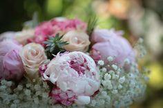 I miei fiori di matrimonio in giugno sono state peonie, rose e ortensie. Sul mio blog le foto delle composizioni floreali e le strategie per risparmiare
