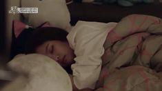 Blackpink Lisa attacks a sleepy Jennie in bed with a cute hug! Funny video clip from Blackpink House! Wattpad, Reading Gif, Sleeping Gif, Sleep Meme, Cute Hug, Unexpected Friendship, Oversized Long Sleeve Shirt, Hug Gif, Funny Video Clips