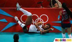 Atlet Republik Dominika Prisilla Altagracia Rivera Brens jatuh menabrak pinggir pembatas lapangan di sebuah pertandingan voli.
