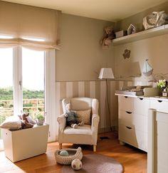 Dormitorio infantil con arrimadero a rayas beige y blanco. Dormitorio infantil con zócalo a rayas, cómoda-cambiador, butaca, baúles y estantes para juguetes