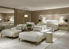 Na Decora Lider Brasília, Mariana Lombardi escolheu uma base em tons neutros para abusar das texturas, como na colcha e mantas que compõem a cama e as chaises. Puro aconchego o Quarto de Casal Luxo!