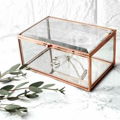 'I have enough jewellery' - said no one ever Showcase her jewellery in style, this rose gold edged & mirrored bottomed trinket box is the a wonderful addition