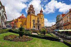 Guanajuato guarda celoso sus secretos: callejones, rincones escondidos, iglesias, museos y balcones. Colores vivos y formas simétricas conforman una ciudad llena de historias y leyendas.    Se ubica en el centro-norte del país, y su significado en lengua tarasca es 'Lugar montuoso de ranas'. Sus primeros pobladores fueron chichimecas y posteriormente aztecas. En 1546, los españoles se establecieron en su territorio con el propósito de explotar las minas de oro y plata de la región.GUANAJUATO