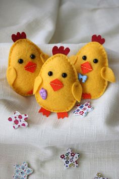 Three little Easter chicks These adorable little chicks are entirely hand stitched with hours of work and love! You can choose body colors based on my current stock of felt (which is pretty large,lol). Every chick is slightly different. This set will make Felt Diy, Felt Crafts, Easter Crafts, Easter Subday, Easter Decor, Easter Ideas, Easter Presents, Presents For Kids, Spring Crafts