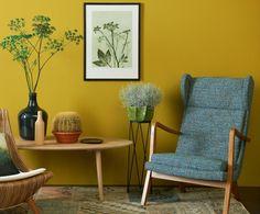Dit oker groen-geel is bekend uit de jaren 80, als textielkleur, en nu als vernieuwende kleur in een botanische kleurkaart. Deze felle kleur vraagt om een rustige combinatie met houttinten. De afgeronde vormen van het meubilair geven dit plaatje een zacht en natuurlijk gevoel mee. Het donkerblauw van de stoel zorgt kleur technisch voor een mooi contrast. Diy Interior, Interior Exterior, Interior Design, Indian Home Decor, Diy Home Decor, Home Wall Colour, Mustard Yellow Walls, Yellow Home Decor, Colorful Interiors