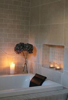 Nook for candles Walk In Shower, Shower Tub, Dere, Washroom, Bathroom Inspiration, Modern Bathroom, Nook, New Homes, Bathtub
