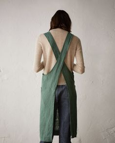 LINEN CROSS OVER APRON | Apron in good quality, slubby, robust washed linen from the Baltic. Two, wide straps cross over at the back. Two patch pockets.