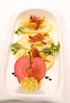 Teigtaschen gefüllt mit Golden Delicious mit Streifen von Gewürzspeck und Balsamicolack Stripes