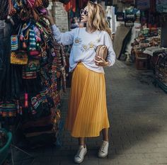 Yellow midi skirt outfit with white sweater Yellow Skirt Outfits, Yellow Pleated Skirt, Pleated Skirt Outfit, White Midi Skirt, Midi Skirts, Look Fashion, Skirt Fashion, Fashion Outfits, Fashion Trends